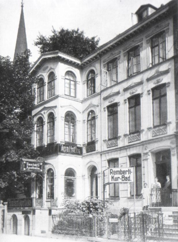 Remberti-Apotheke in der Rembertistraße 15, im Hintergrund der Turm der Remberti-Kirche.