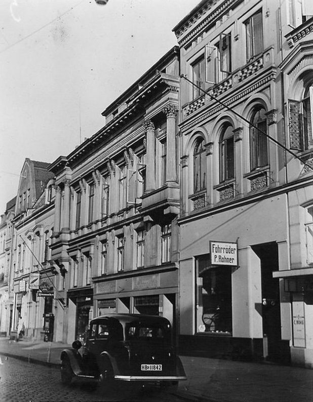 """Das Haus mit dem Aushängeschild """"Fahrräder P. Rahner"""" ist Fedelhören 27, 1937/38. Quelle: I. Dolman-Berberich."""